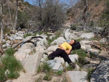 Grete fait une pause tel un lézard sur un rocher au soleil.
