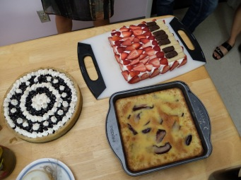 Tarte aux myrtilles, Tiramisu à la fraise de Joaquin et Grete, clafoutis aux poires pochées au vin de Guillaume : merveilleux !