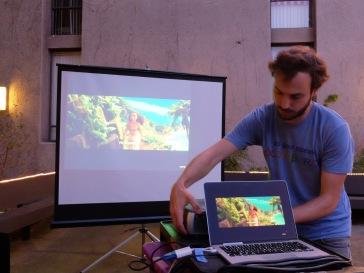 ...mais un karaoké international qui réunit tous les résidents de langues et leurs étudiants ! Martin s'occupe de l'installation en écoutant la bande-originale du film Moana.