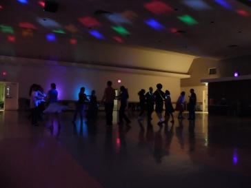 """...lumières """"disco"""" et bracelets fluorescents."""