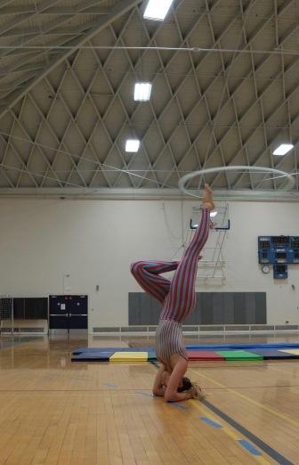 Une acrobate avec un cerceau