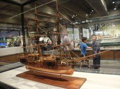 Faisons dans le local avec le Charles W. Morgan (1841), un des plus célèbres navires du Massachusetts. La maquette a été réalisée par Peter Ness.