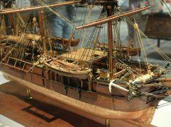 Gros plan sur le Charles W. Morgan. Il était destiné à la chasse à la baleine.