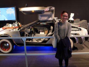 Faire la fière devant la DeLorean de Retour Vers le Futur...