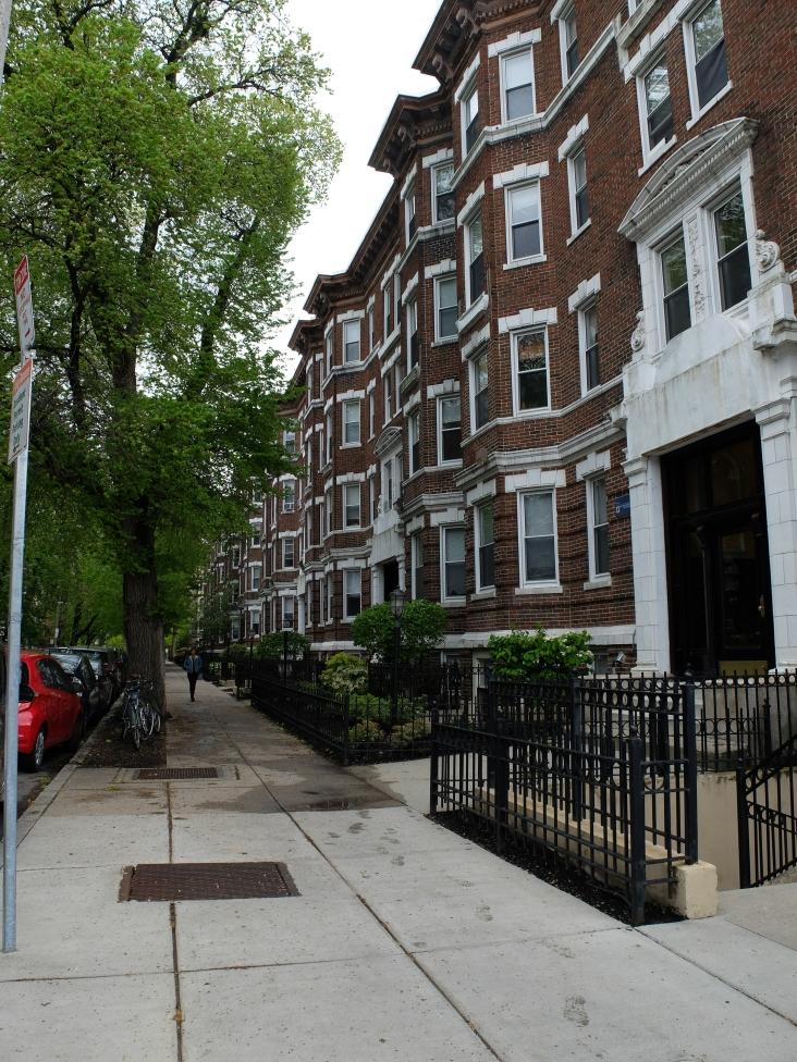 Briques rouges réhaussées de blanc avec arbres plantés dans le trottoir et barrières en fer forgé noires. L'image que je m'étais faite de Boston. Plus que la dame à la robe longue avec son ombrelle et le cliché sera complet !