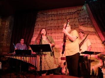 Avec une chanteuse dont j'ai oublié le nom, étudiante fraîchement diplômée de Berklee, et merveilleuse chanteuse !