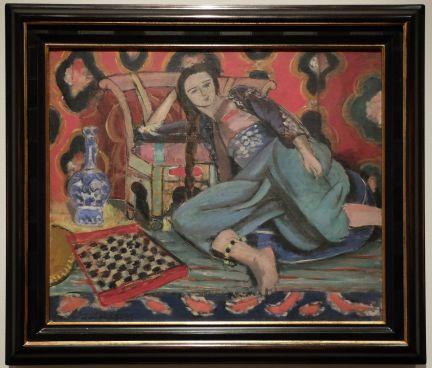 """Henri Matisse, """"Odalisque accoudée à une chaise turque"""", 1927-1928 : Il me rappelle """"La jeune fille sur le tapis rouge"""" de Felice Casorati, le côté japonisant en moins. Des couleurs, un portrait de femme, de l'orientalisme et un petit côté """"esprit de collection"""" : tout ce que j'aime..."""