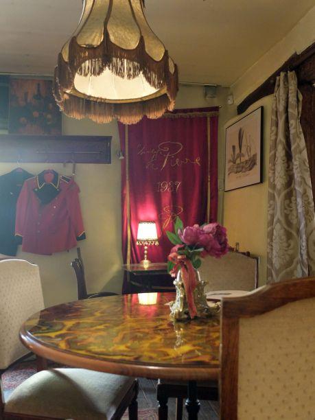 Utiliser des vêtements pour décorer, je faisais la même chose dans mon ancien appartement !