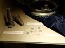 De petites pièces de monnaie ainsi que des coins pour les frapper. Jérémy était en admiration devant ces objets.
