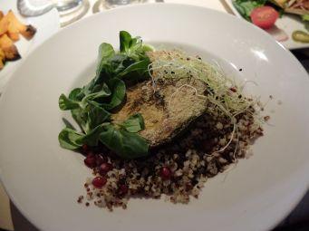 Avocat grillé sur lit de quinoa aux grenades et accompagné de mâche, de cresson et de tofu grillé aux herbes.