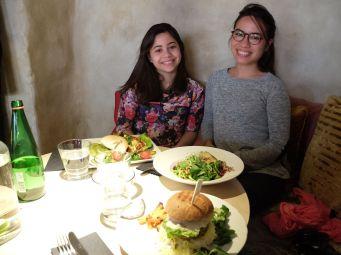 Les soeurs en face de leurs assiettes monstrueuses.