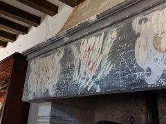 Un témoignage de la Révolution française avec le vandalisme des armoiries de Jean Bourré. Ces traces de l'Histoire sont assez bouleversantes.