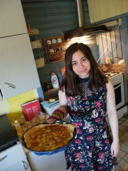 Tarte à la tomate avec une maîtresse de maison qui porte très bien la robe à fleurs et la manique.