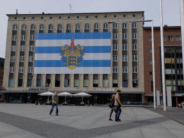 Le drapeau de la ville de Tallinn : un peu controversé me dit Grete, car il est associé à un état d'esprit nationaliste un peu extrême.