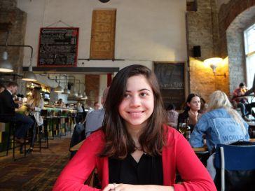 Andréa tente toutes sortes de grimaces. J'ai même eu droit au sourire qu'elle qualifie d'estonien (et qui n'a de sourire que le nom !)
