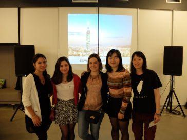 La photo de groupe, bien harmonisée au niveau des tailles...