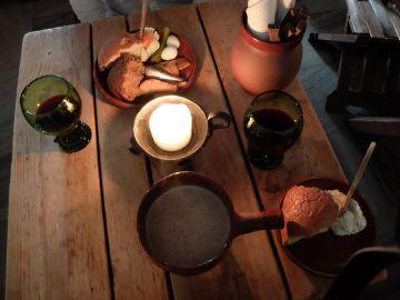 Velouté de champignons, miche de pain accompagnée de fromage aux herbes et de différents poissons. Le tout est arrosé de vin épicé et moi, j'aurais bien embarqué avec moi les verres, les couverts et tous les ustensiles.