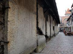 Des pierres tombales datant des 14e et 15e siècles sont exposées dans la ville : elles proviennent de l'église Sainte-Catherine se trouvant juste à côté.