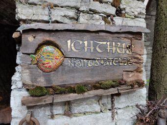 La galerie d'art s'appelle Ichthus et prend place dans un petit monastère.