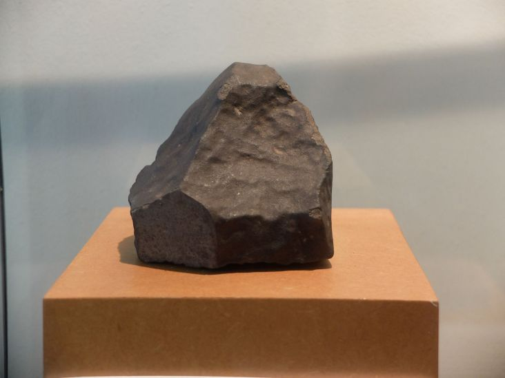 Une météorite tombée en 1822 à Angers, et plus particulièrement dans notre rue ! Le dessin illustratif montrait la météorite et au second plan un muret avec un chat noir. On peut vous dire que le chat noir est toujours là !