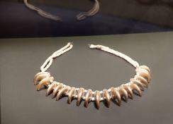 Collier avec éléments en forme de griffe de jaguar, Zenú, Plaines Caraïbes, 200 av. J.-C. - 1000 ap. J.-C. Dans certaines croyances, les chamans portent une peau de jaguar invisible (Uitoto) ou se réincarnent en cet animal dès qu'ils meurent (Embera). Miaou.