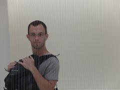 Avec Jérémy derrière une rangée de fils en silicone