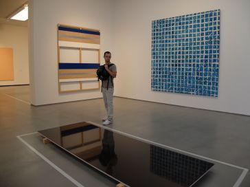 """On joue avec les reflets de l'oeuvre d'Adrian Schiess, """"Sans Titre"""", 1993."""