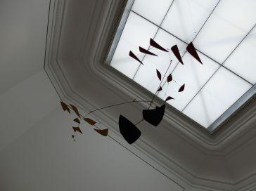 """Je m'arrête dans la salle et demande à Jérémy """"on reconnaît les oeuvres de cet artiste à des kilomètres !"""" Alexander Calder, """"Deux vols d'oiseaux (Grand Mobile)"""", 1954."""