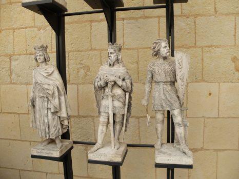 Des statues accompagnant une statue du roi René.