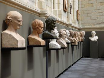 A l'étage, une longue série de portraits en buste.