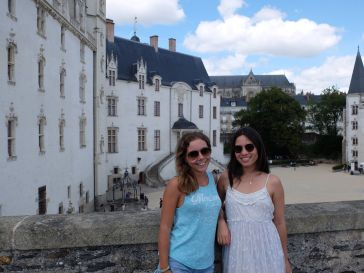 Lunettes de soleil et tee-shirt californiens : on est en France incognito