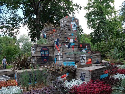 """""""Entrez et jouez dans le jardin d'un géant !"""" La création de Claude Ponti cette année s'appelle """"Dépodépo"""" et on a effectivement l'impression d'être dans l'appentis d'un potager géant."""