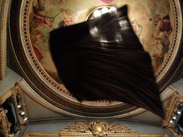 Un drapeau noir géant flotte au-dessus de nous : inquiétant, effrayant, pesant. On ne s'imagine pas vraiment la puissance de l'effet d'un tel drapeau tant qu'on ne l'a pas au-dessus de nos têtes.