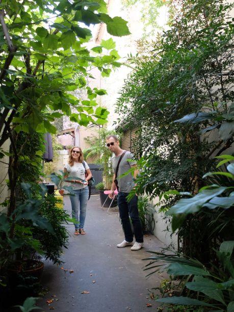 Les ruelles étroites et végétalisées renforcent le caractère pittoresque de l'endroit.
