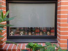Une collection de figurines japonaises derrière un volet : j'ai discuté avec deux petits garçons qui m'ont expliqué quels étaient les pouvoirs magiques de ces objets...