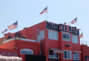 Muscle Beach, ou le culte du fitness et du corps body-buildé et qui existe depuis plus d'un siècle maintenant.