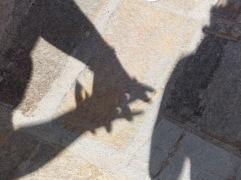 On rend l'éclipse visible grâce à nos mains.