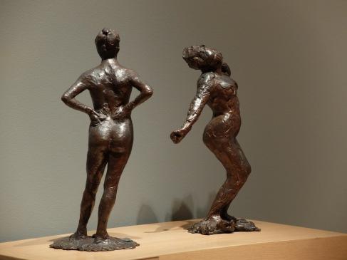 """Edgar Degas, """"Dancer at Rest"""", 1882-1895 (à gauche) et """"Woman Stretching"""","""