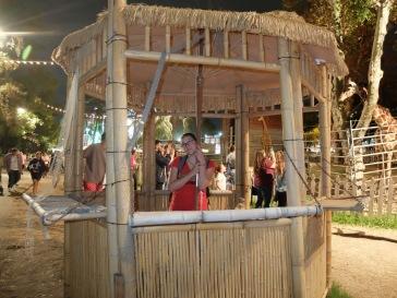 Ines, posant dans une petite hutte très pittoresque.