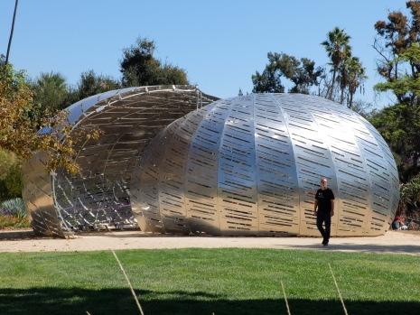 Installation d'art contemporain...tout à fait spatiale !