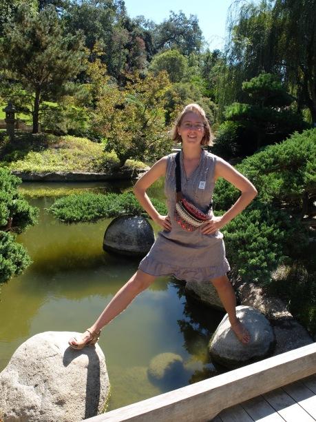 Une Marija un peu aventureuse dans le jardin japonais. Heureusement, personne n'est tombé à l'eau...