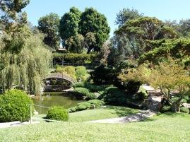 Encore une autre vue sur le jardin japonais avec un pont-lune au second plan