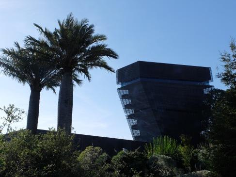 Une drôle de tour aux façades grillagées qui permettent de laisser le visiteur admirer le panorama. Sombre et lumineux en même temps.