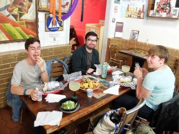 Pour le dîner, on mange mexicain dans un des meilleurs restaurants de la ville. Délicieux, mais pas très diététique...