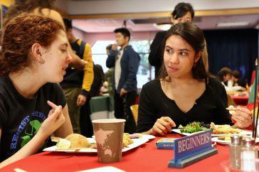 Le mercredi, nous avons une table spéciale à destination des étudiants débutants. En réalité, ils sont les bienvenus tous les jours, mais nous avons une table attitrée le mercredi ce qui permet de rassurer les étudiants un peu intimidés à l'idée d'aller s'asseoir à côté de personnes au niveau plus avancé.