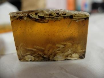 avoine, romarin, café et huile essentielle de tea tree ou d'eucalyptus (ou les deux !) sur une base miel