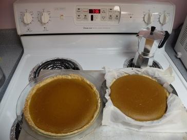 Nos deux magnifiques tartes à la citrouille. Il est 19:36 alors les tartes ont juste le temps de tiédir avant qu'on parte !