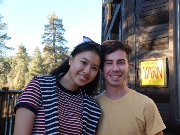 """Avec le panneau """"Nous vendons de la laine"""", je veux effectivement bien croire qu'Ariane et José forment une paire très """"arty"""" !"""
