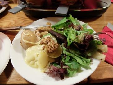 La raclette façon Marina : une seule pomme de terre coupée en quatre, quatre tournées de raclette, plein de salade recouverte de moutarde à l'ancienne, le tout accompagné de quelques cornichons.