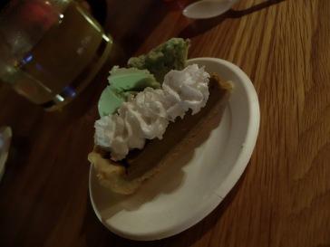 Pour le dessert, tarte à la citrouille végétalienne (oui, encore elle, c'est devenu une obsession !) recouverte de crème chantilly végétalienne à la noix de coco et accompagnée de glace à la pistache.